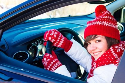 Девушка за рулем автомобиля зимой